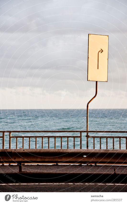 rechts abbiegen Wasser Meer Straße Wege & Pfade Küste Horizont Schilder & Markierungen Verkehr Hinweisschild fahren Zeichen Güterverkehr & Logistik Verkehrswege Richtung Mobilität Kurve