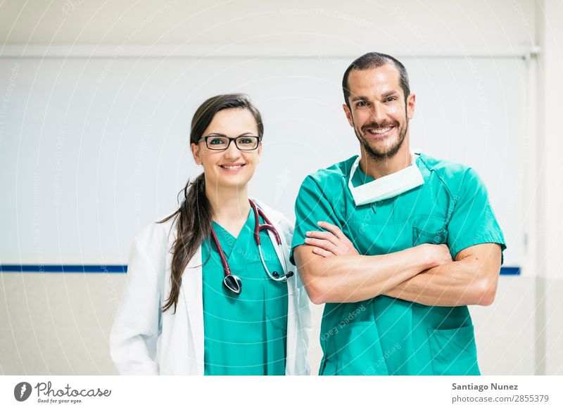 Lächelndes Arzt- und Krankenschwesternporträt Klinik selbstbewußt Mitarbeiterin Untersuchen Frau Mädchen Hand Glück Gesundheit Gesundheitswesen Krankenhaus