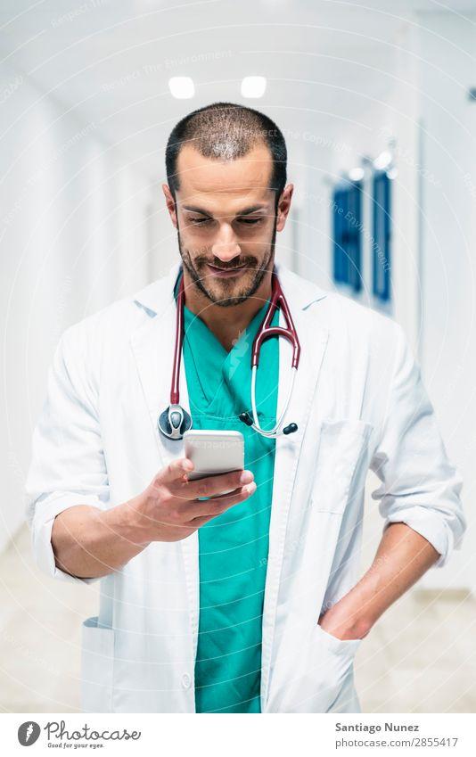 Schöner Arzt schreibt auf dem Handy im Krankenhaus attraktiv schön Fürsorge Kaukasier heiter Klinik Klinikerin Mitteilung E-Mail Frau Freundlichkeit Glück