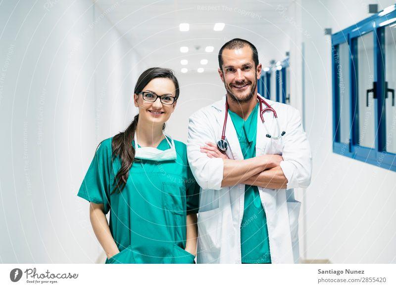 Lächelndes Arzt- und Krankenschwesterporträt. Klinik selbstbewußt Mitarbeiterin Untersuchen Frau Mädchen Hand Glück Gesundheit Gesundheitswesen Krankenhaus