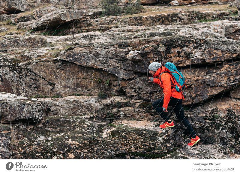 Junger Backpacker, der die Natur genießt. wandern Wanderer Trekking Alpinismus Bergsteiger laufen Berge u. Gebirge Expedition Jugendliche Sport