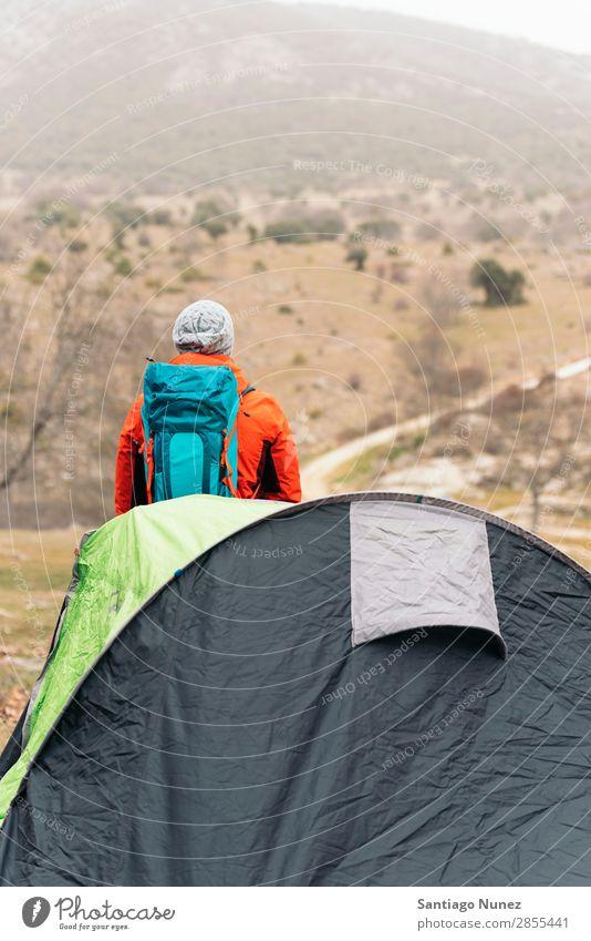 Junger Backpacker, der die Natur genießt. wandern Wanderer Trekking Alpinismus Bergsteiger laufen Berge u. Gebirge Zelt Expedition Jugendliche Sport