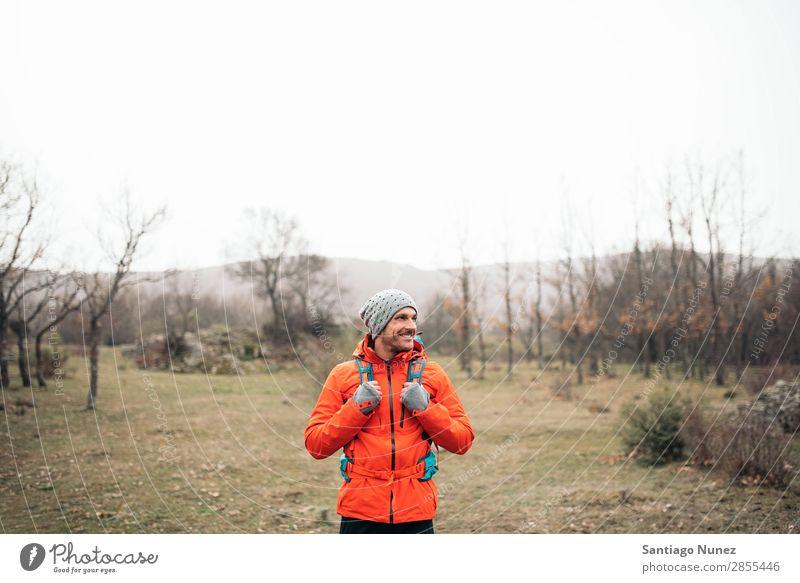 Junger Backpacker, der die Natur genießt. wandern Wanderer Trekking Porträt Alpinismus Bergsteiger laufen Berge u. Gebirge Expedition Jugendliche Sport