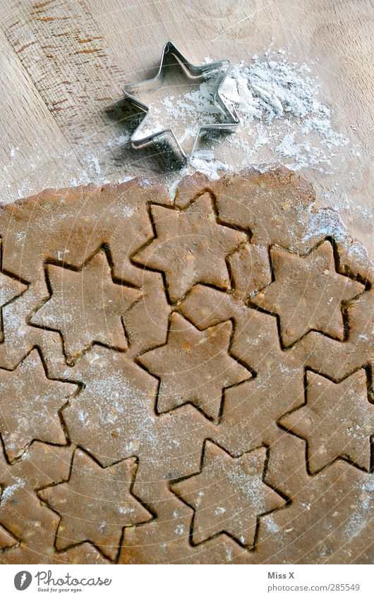 Sternchen fürs Sternchen Lebensmittel Teigwaren Backwaren Ernährung lecker süß braun Stern (Symbol) Mehl Plätzchen Backform Zimtstern Holz Weihnachtsgebäck