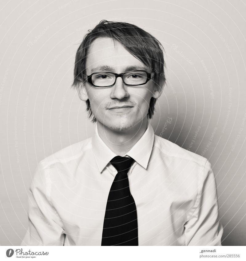 Recht freundlich, bitte. Mensch Jugendliche Mann Junger Mann Gesicht Erwachsene 18-30 Jahre Business maskulin Lächeln Brille Hemd brünett vertikal Krawatte