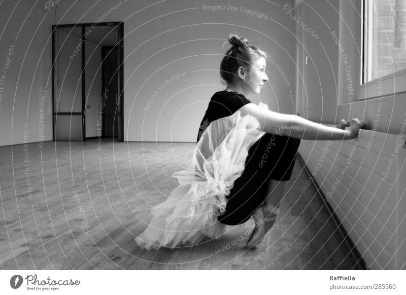 control. Tanzen feminin Junge Frau Jugendliche Körper Arme Fuß 18-30 Jahre Erwachsene Mauer Wand Fenster Tür Heizung Bodenbelag Parkett Leggings Ballettschuhe
