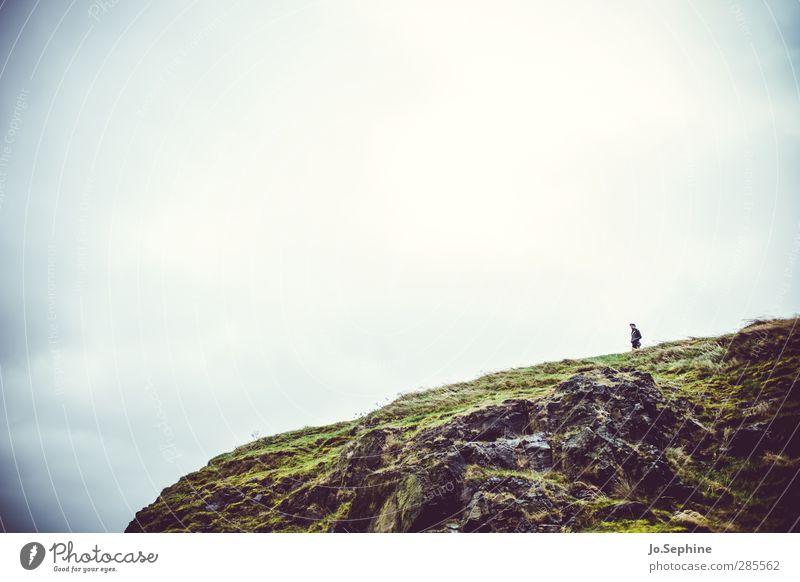 Sehnsucht. Mensch Himmel Natur Ferien & Urlaub & Reisen grün Einsamkeit Landschaft Wolken Ferne kalt Umwelt Berge u. Gebirge Herbst natürlich Felsen Wetter