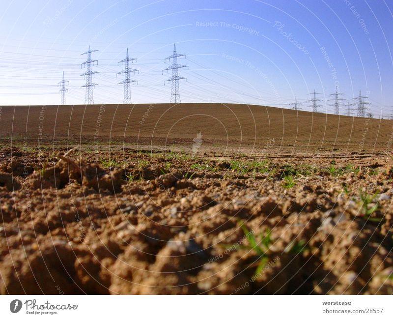 Landschaft mit Strommasten Himmel braun Erde Kabel Bodenbelag Hügel