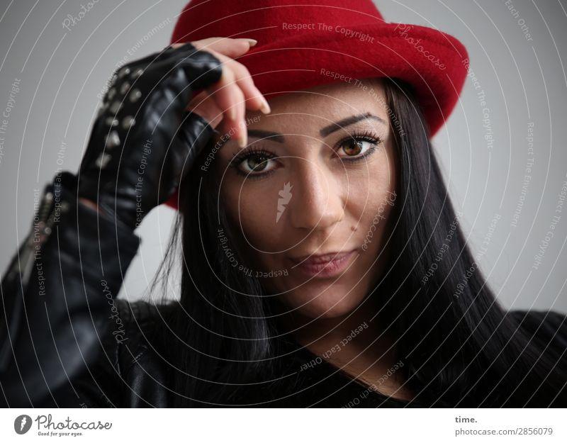 Nastya feminin Frau Erwachsene 1 Mensch Jacke Handschuhe Hut schwarzhaarig langhaarig beobachten Denken festhalten Blick ästhetisch dunkel schön Coolness