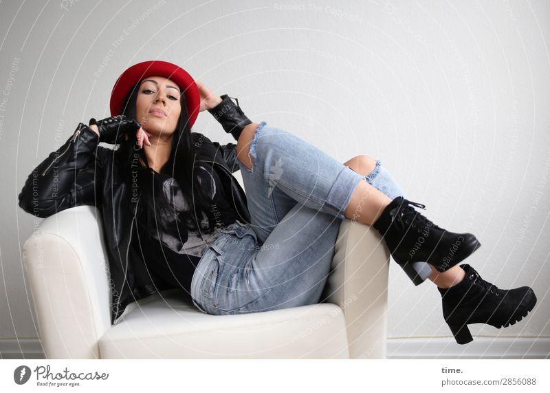 Nastya Frau Mensch schön Erwachsene Leben feminin Zeit Raum sitzen beobachten Coolness Neugier festhalten T-Shirt Hut Körperpflege
