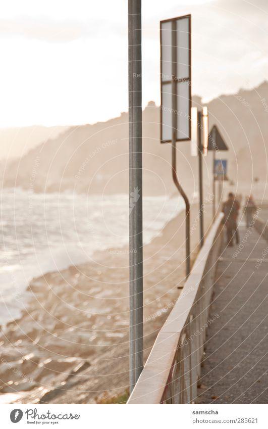 Uferpromenade Wasser Meer Landschaft Bewegung Küste Freiheit Felsen gehen Wellen Freizeit & Hobby Schilder & Markierungen Verkehr nass Abenteuer Spaziergang