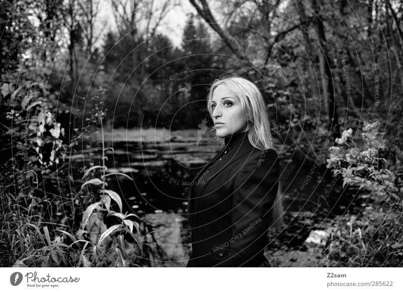 In the Dark elegant Stil feminin Junge Frau Jugendliche 1 Mensch 18-30 Jahre Erwachsene Landschaft Herbst Baum Sträucher Seeufer Mode Kostüm Kragen blond