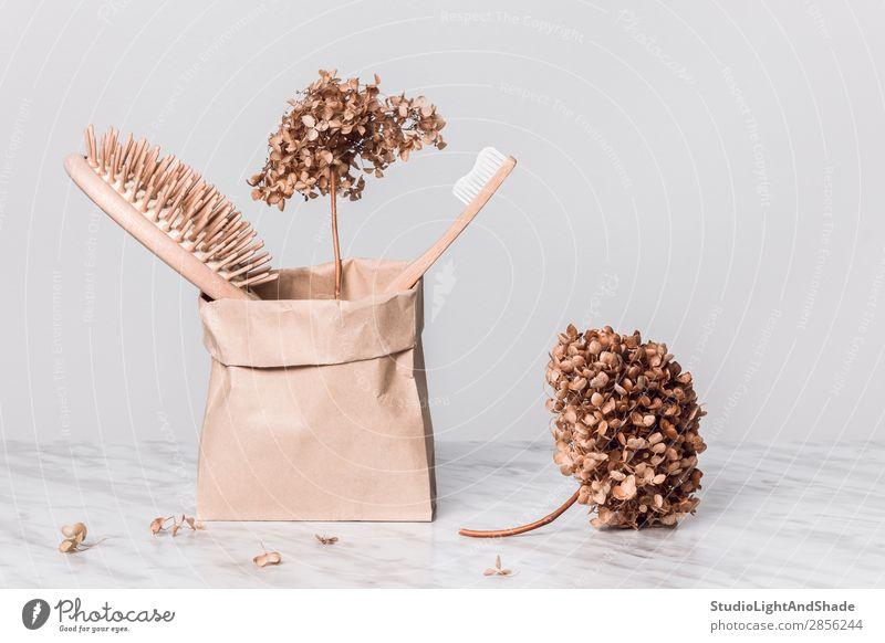 Haarbürste, Zahnbürste und Gardenien Lifestyle Design Körperpflege Kosmetik Gesundheitswesen Zähne Umwelt Natur Blume Container Papier Holz frisch modern