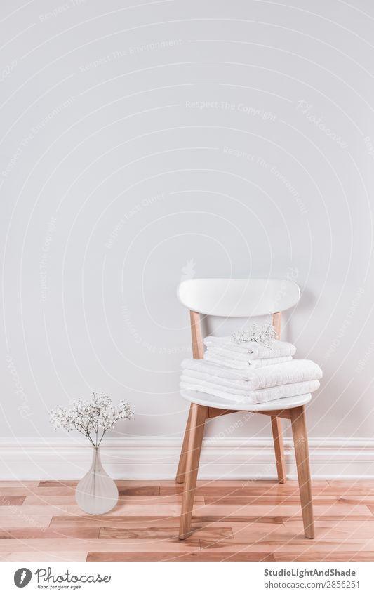 Weiße Handtücher auf einem Stuhl in einem hellen Innenraum Lifestyle Reichtum elegant Stil Design schön Körperpflege Sauna Wohnung Haus Dekoration & Verzierung