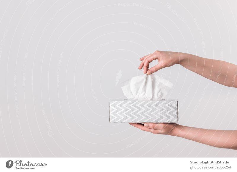 Zarte weibliche Hände, die eine Gewebebox halten. elegant Stil Design Gesundheitswesen Krankheit Allergie feminin Frau Erwachsene Hand Papier einfach modern