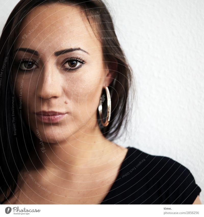 Nastya feminin Frau Erwachsene 1 Mensch T-Shirt Ohrringe schwarzhaarig langhaarig beobachten Denken Blick Traurigkeit dunkel schön Wärme Gefühle Leben Sorge