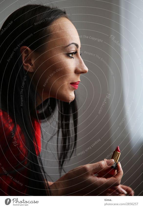 Nastya Lippenstift Raum Gardine Vorhang feminin Frau Erwachsene 1 Mensch Kleid schwarzhaarig langhaarig beobachten festhalten Blick dunkel elegant schön