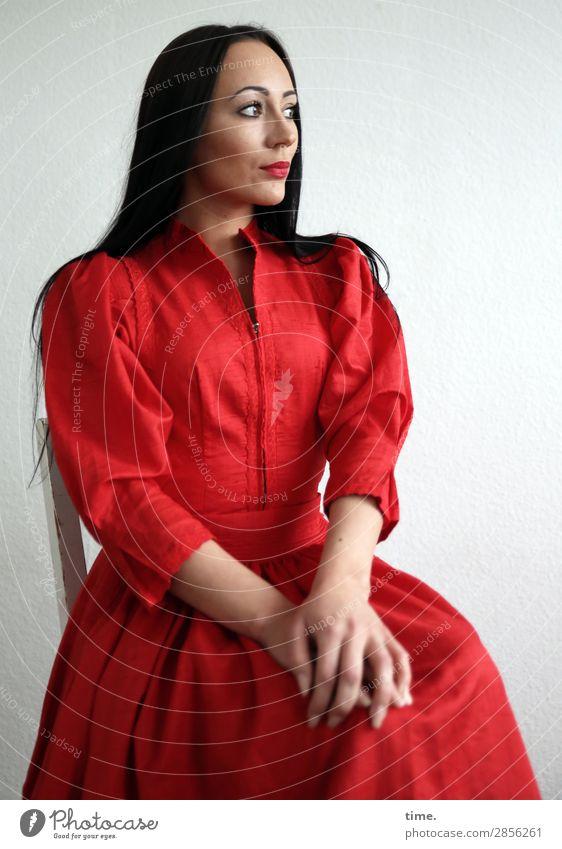 Nastya Stuhl feminin Frau Erwachsene 1 Mensch Kleid schwarzhaarig langhaarig beobachten Denken festhalten Blick warten schön Stimmung selbstbewußt Wachsamkeit