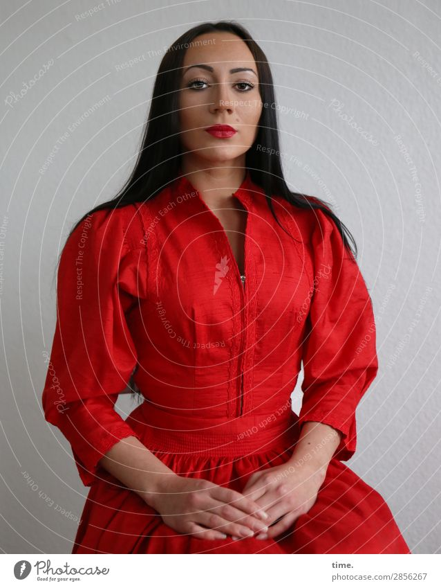 Nastya feminin Frau Erwachsene 1 Mensch Kleid schwarzhaarig langhaarig beobachten Blick sitzen warten schön selbstbewußt Coolness Wachsamkeit Gelassenheit