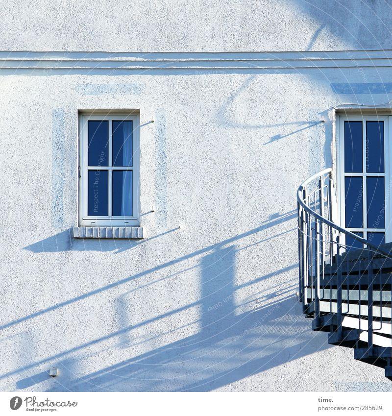 Treppenlicht blau Stadt weiß Haus Wand Mauer hell Stimmung Fassade Dienstleistungsgewerbe Treppengeländer skurril Gardine Stolz Treppenabsatz