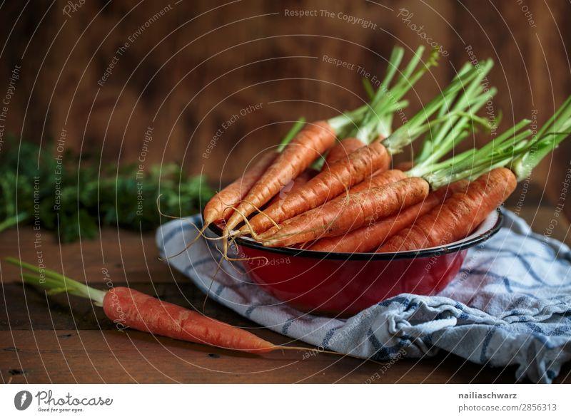 Stillleben mit Karotten Lebensmittel Gemüse Möhre Ernährung Bioprodukte Vegetarische Ernährung Geschirr Schalen & Schüsseln Küchenhandtücher Holz Metall fest