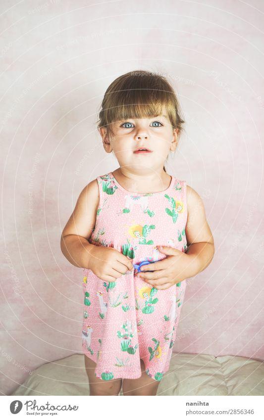 Frau Kind Einsamkeit Freude Gesicht Lifestyle Erwachsene Leben lustig Gefühle Glück rosa blond Kindheit Fröhlichkeit genießen