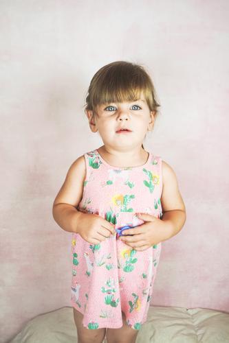 Junges kleines und lustiges Mädchen in einer Studioaufnahme Lifestyle Freude Glück Gesicht Leben Kind Baby Kleinkind Frau Erwachsene Kindheit Kleid blond