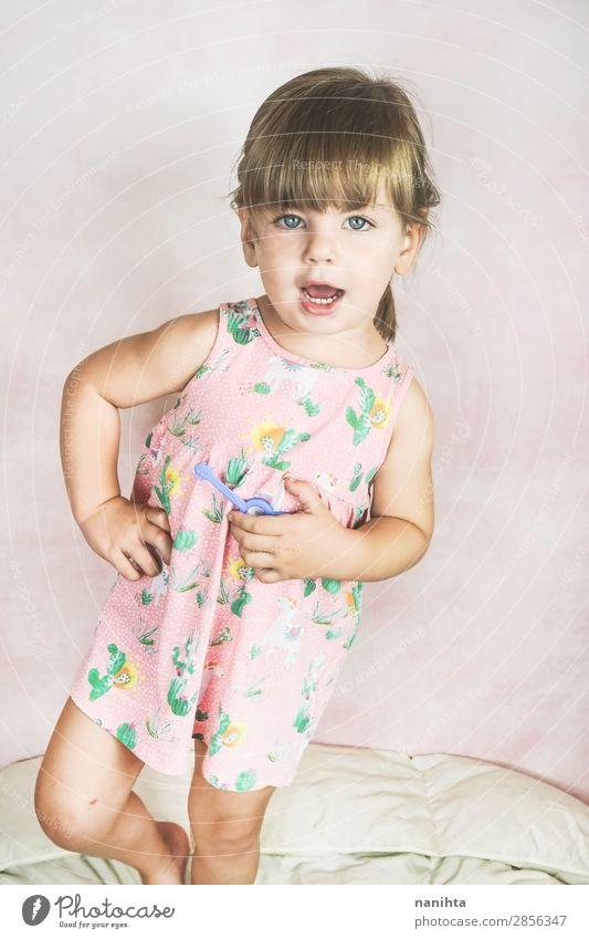 Junges kleines und lustiges Mädchen in einer Studioaufnahme Lifestyle Freude Glück Gesicht Leben Kind Mensch feminin Kleinkind Kindheit 1 1-3 Jahre Mode Kleid