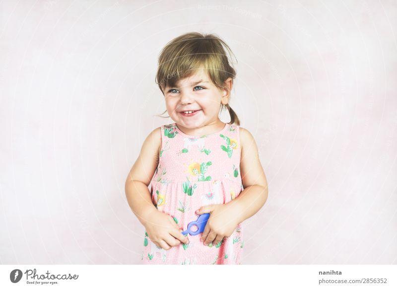 Junges kleines und lustiges Mädchen in einer Studioaufnahme Lifestyle Freude Gesicht Wellness Kind Mensch feminin Kleinkind Kindheit 1 1-3 Jahre Kleid blond