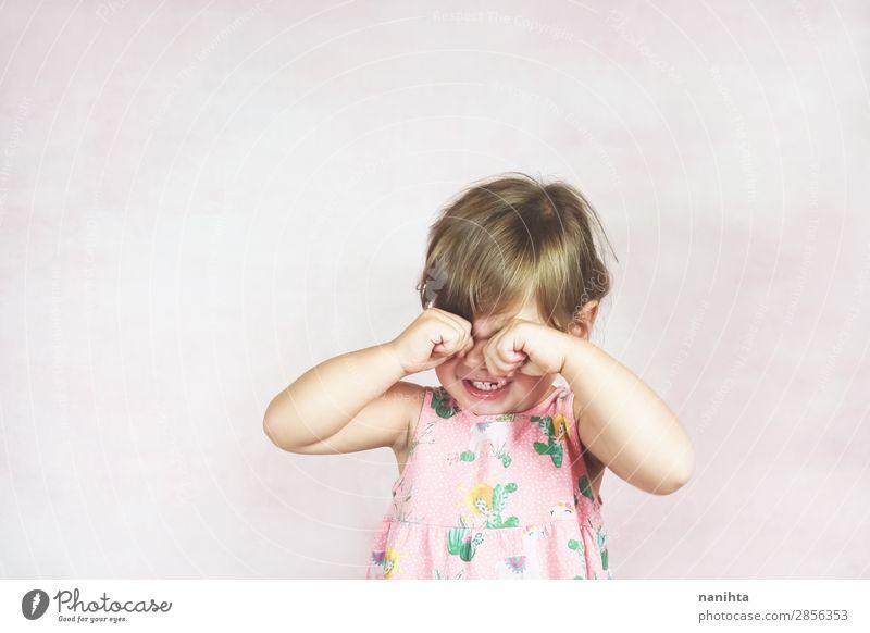 Trauriges blondes kleines Mädchen Kindererziehung Mensch feminin Kleinkind Kindheit 1 1-3 Jahre Kleid Traurigkeit weinen authentisch niedlich rosa weiß Gefühle