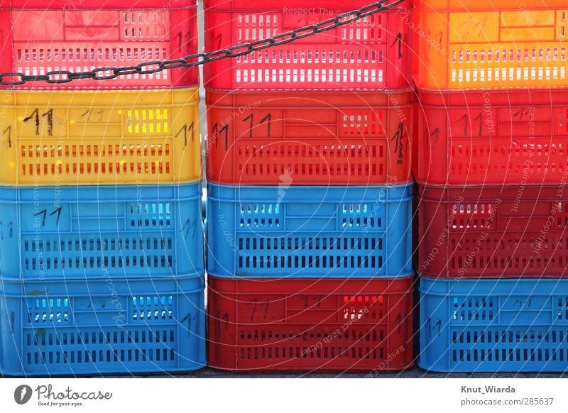 Bunte Kisten Handel Kunststoff blau mehrfarbig gelb rot Kette Fischkiste Gemüsekisten Aufbewahrung Stapel Farbfoto Außenaufnahme Menschenleer Tag