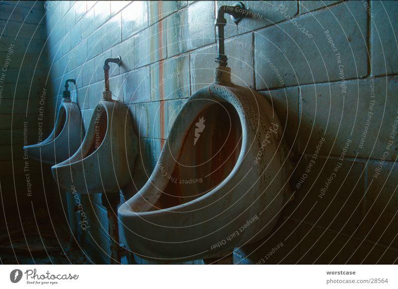 Urinal abrissreif dunkel Toilette historisch Demontage Pissoir unappetitlich