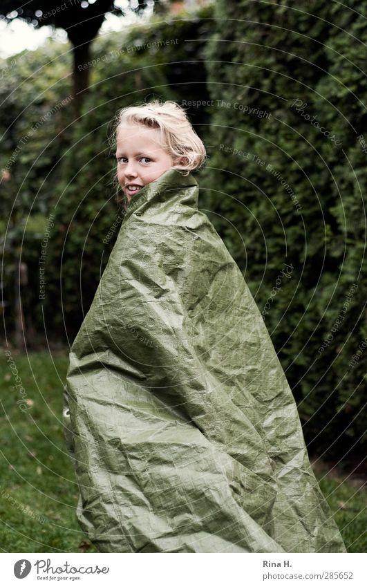 CatWalk Mensch Kind grün schön Mädchen Freude Spielen Haare & Frisuren Glück Garten gehen Kindheit blond Freizeit & Hobby authentisch Kunststoff
