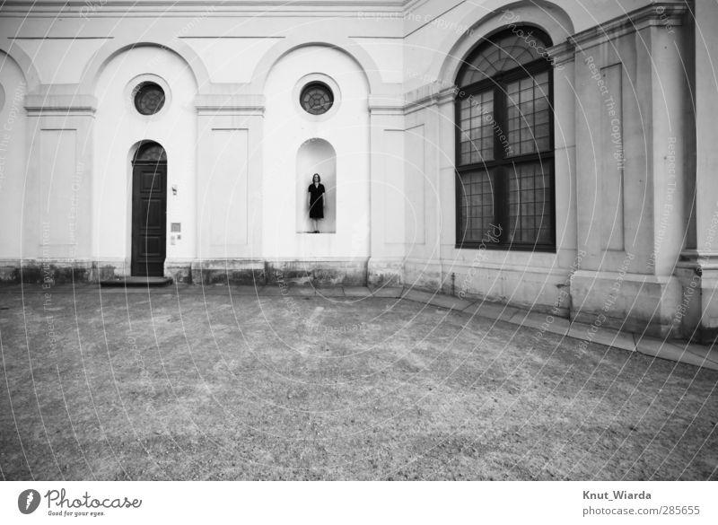 Menschliche Statue feminin Frau Erwachsene 1 Bauwerk Gebäude Architektur Fassade stehen Fenster Schwarzweißfoto Außenaufnahme Tag Zentralperspektive