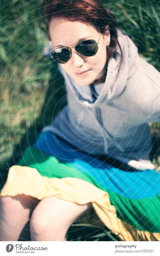 cool girl Mensch feminin Leben 1 18-30 Jahre Jugendliche Erwachsene Natur Schönes Wetter Pflanze Gras Sträucher Wiese Bekleidung Rock Pullover Accessoire Brille