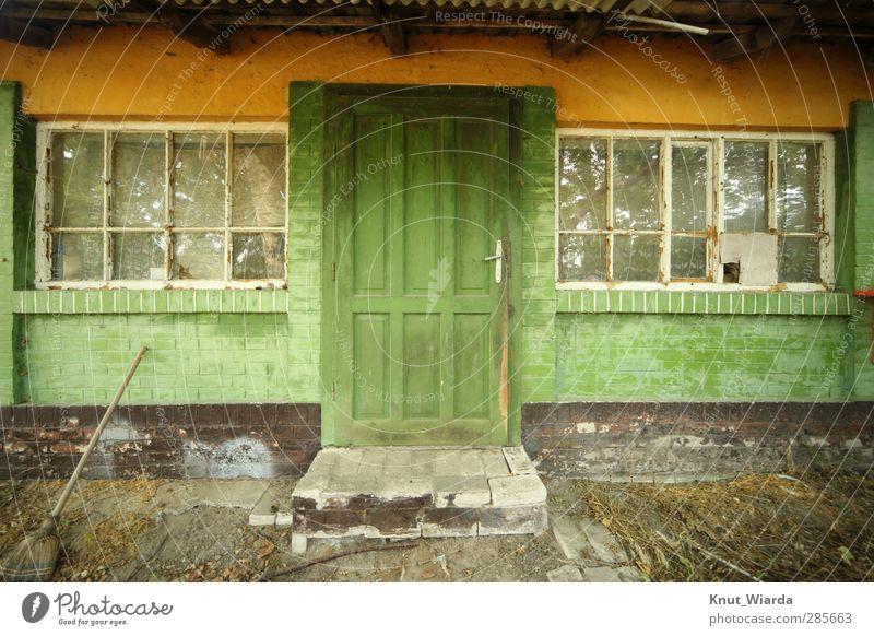 Grün ist die Hoffnung Haus Bauwerk Gebäude Architektur Fassade Fenster Tür dreckig grün Armut Verfall Vergänglichkeit renovierungsbedürftig alt verlassen