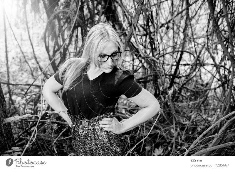 FALL 2012 elegant Stil feminin Junge Frau Jugendliche 18-30 Jahre Erwachsene Natur Landschaft Sonnenlicht Herbst Baum Sträucher Wald Mode Kleid Gürtel Brille