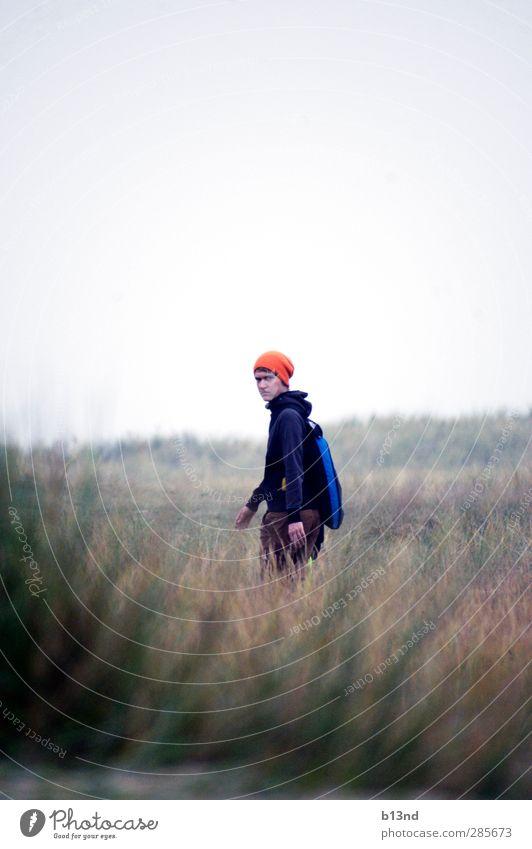 Nerv nicht! wandern Mensch maskulin Junger Mann Jugendliche Leben 1 18-30 Jahre Erwachsene Natur Landschaft Himmel Herbst Gras Küste Mütze laufen Blick Farbfoto