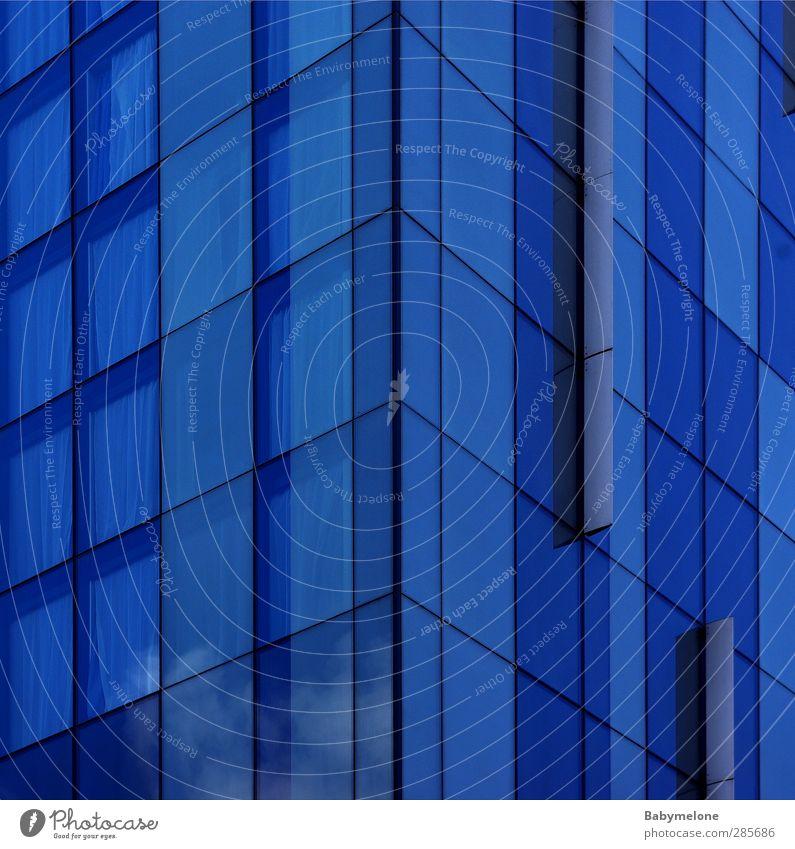Fenster am Stiel Lifestyle Design Wohnung Haus Hochhaus Bankgebäude Gebäude Häusliches Leben eckig gigantisch glänzend kalt nah blau ästhetisch modern Stil