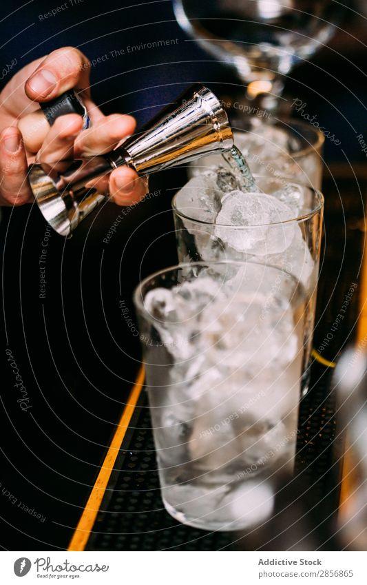 Barkeeper bereitet Cocktails im Pub zu. Alkohol Hintergrundbild Barmann Getränk Bourbon trinken Lebensmittel frisch Garnierung Gin Glas Saft Zitrone Limone