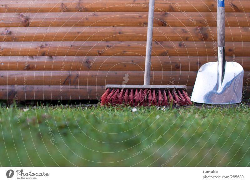 Gartenarbeit Besen Schaufel Wiese Mauer Wand Holz Freizeit & Hobby Holzwand Rasen aufräumen Farbfoto Außenaufnahme Detailaufnahme Menschenleer
