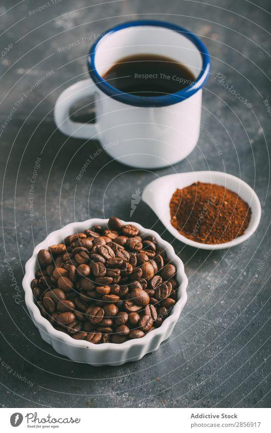 Kaffeetasse mit Kaffeebohnen und gemahlenem Kaffee Antiquität aromatisch Bohnen Getränk brauen Koffein Kaffeepause Kaffeekanne Creme Tasse trinken Espresso
