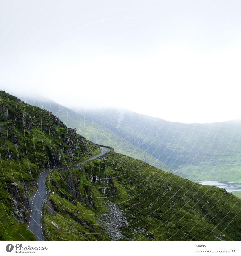 Urlaub auf der Insel II Natur Landschaft Himmel Wolken Sommer Nebel Gras Hügel Felsen Berge u. Gebirge See Republik Irland Straße Pass blau gelb grau grün weiß