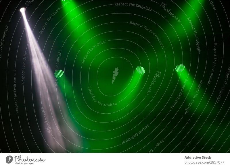 Leuchtende Strahler Hintergrundbild hell Konzert Tanzen Disco Veranstaltung Festspiele Nebel Beleuchtung Laser Leuchtdiode Licht live Musik Nacht Party Popmusik