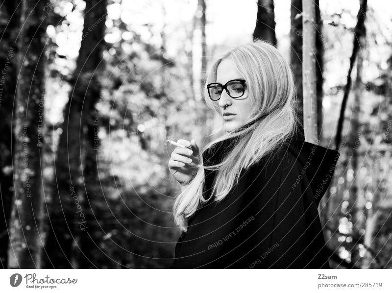L. elegant Stil feminin Junge Frau Jugendliche 1 Mensch 18-30 Jahre Erwachsene Natur Landschaft Herbst Baum Sträucher Wald Mode Jacke Brille blond langhaarig