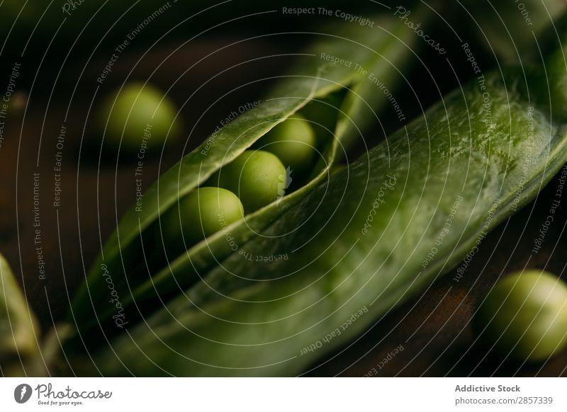 Frische Bio-Erbsen und Schoten Nahaufnahme ökologisch Lebensmittel frisch grün Gesundheit Hülsenfrüchte natürlich organisch roh Samen Gemüse