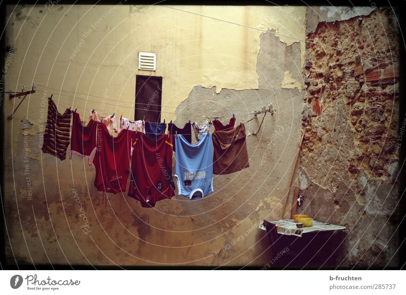 Trockenzeit Mauer Wand alt Armut einfach Vorsicht geduldig ruhig Einsamkeit Überleben Vergänglichkeit Wäsche waschen Wäscheleine trocknen Bekleidung Textilien