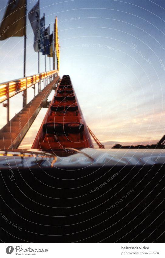 Achterbahn Olympia Looping fahren Fahne Nervenkitzel München Theresienwiese Freizeit & Hobby Olympiade Abend Freude