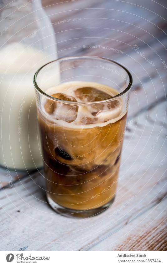 Eiskaffee mit Milch braun Koffein Kaffee kalt Creme trinken Espresso Lebensmittel Glas heiß Latte Macchiato Zucker Tisch