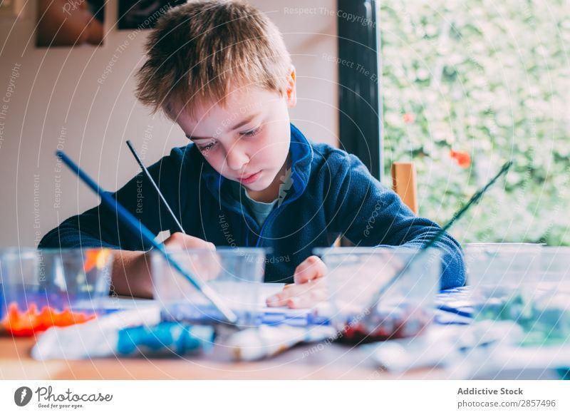 Blonder kleiner Junge malt mit Acrylfarben. acrilic Kunst Künstler blond Kohlenstoff Farbe mehrfarbig Handwerk Kreativität Zeichnung Kind malen Papier Bleistift